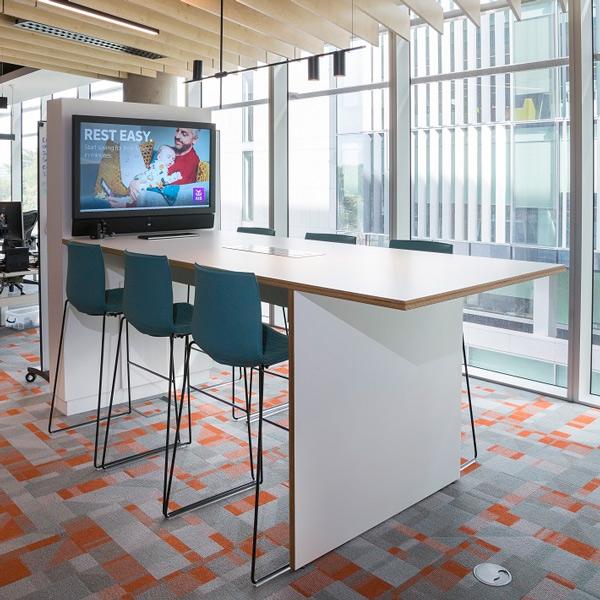 Espacio de trabajo colaborativo de la sede de AIB en Central Park integrado por Panasonic