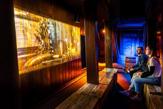 Proyección sobre madera en el museo FRAM de Oslo