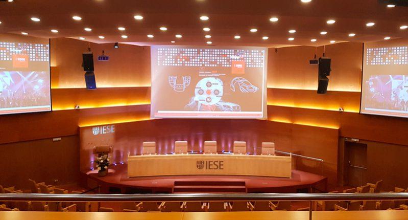 Auditorio-IESE-con-la-imagen-corporativa-de-Sono