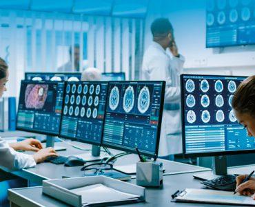 Trabajadores-utilizando-displays-en-un-entorno-sanitario